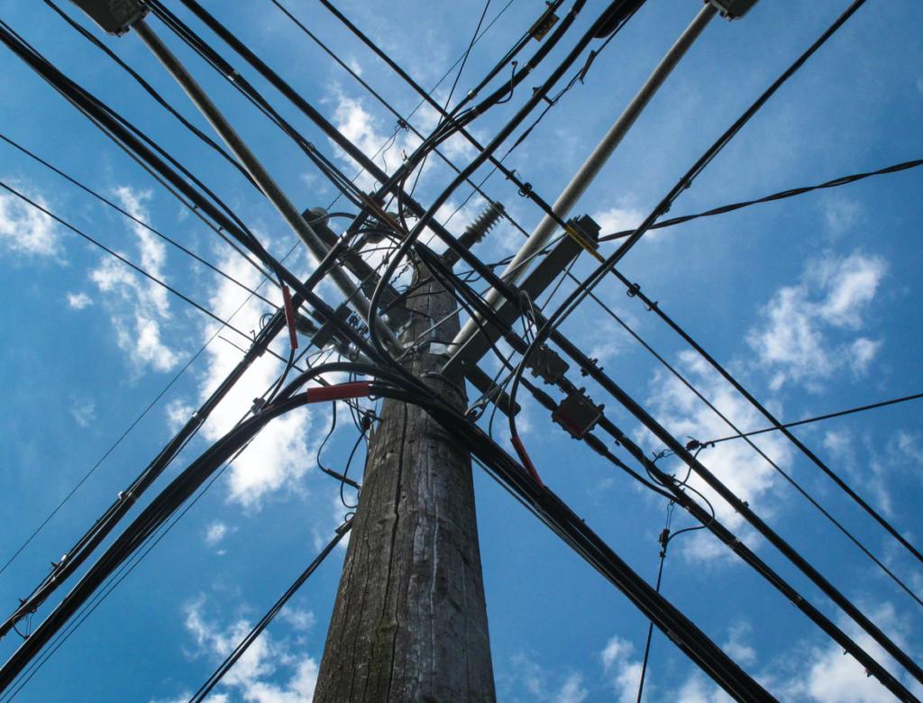 Illustrasjon: Kraftlinjestolpe med ledninger på kryss og tvers